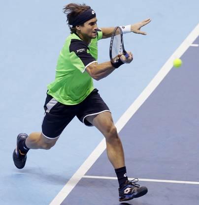 David Ferrer spielt einen Return zu Federer