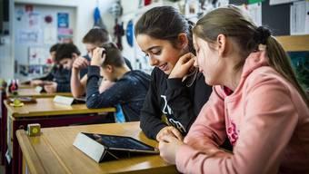 Schüler im Schulhaus Risiacher in Buchs benutzen das iPad im Unterricht – via drahtloses Internet.