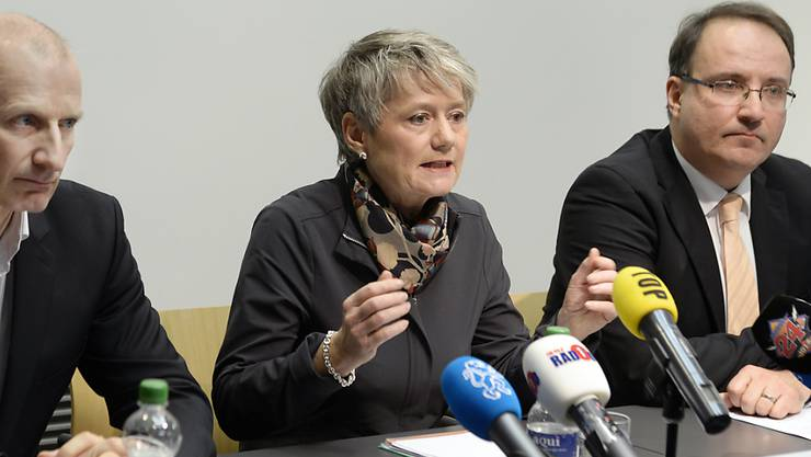 Die Zürcher Justizdirektorin Jacqueline Fehr (Mitte) informierte am Freitag zum Fall Flaach, zusammen mit dem Gutachter Frank Urbaniok (links) und Rolf Bieri von der KESB-Aufsichtsbehörde.
