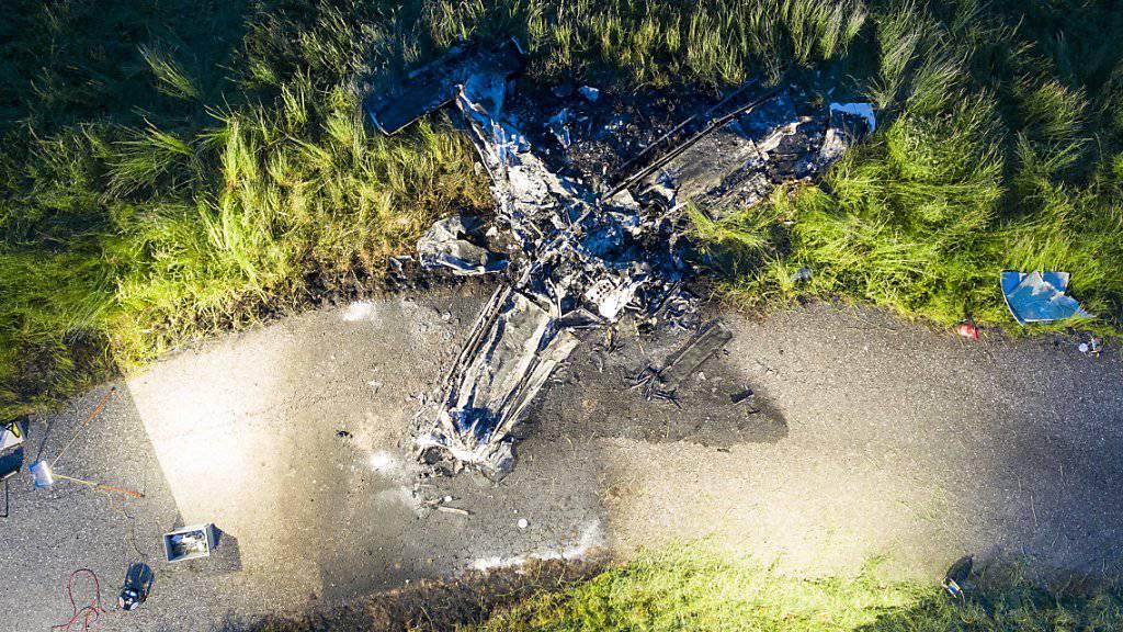 Ein Kleinflugzeug stürzte am Dienstagabend in der Nähe des Flugplatzes Birrfeld bei Mülligen im Kanton Aargau ab und brannte komplett aus. Der Pilot - ein 66-jähriger Zürcher - konnte nur noch tot geborgen werden.