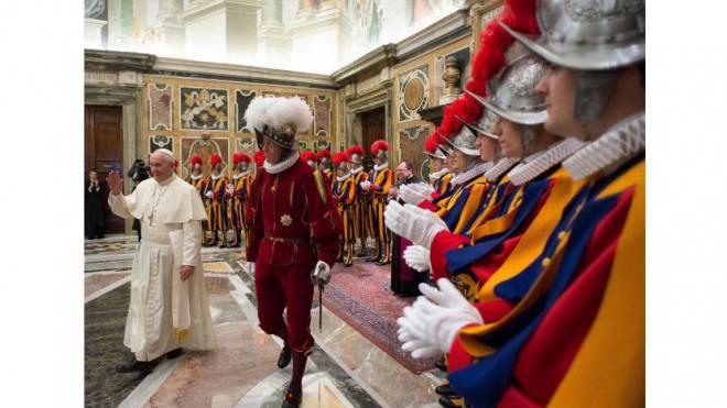 Papst Franziskus und Garde-Chef Daniel Anrig im Vatikan bei der Vereidigung neuer Gardisten im Mai 2014. Foto:  KEYSTONE