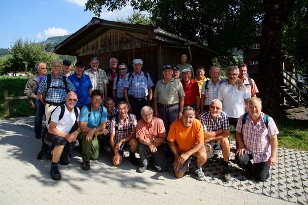 Gruppenfoto, geknipst vom «Servierfräulein» des «Hirschen» in Sattel-Aegeri