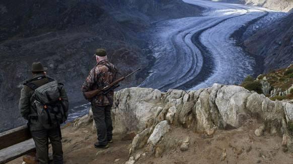 Zwei Jäger betrachten den Aletsch-Gletscher – auch er ist stark geschmolzen. (Bildquelle: Keystone)