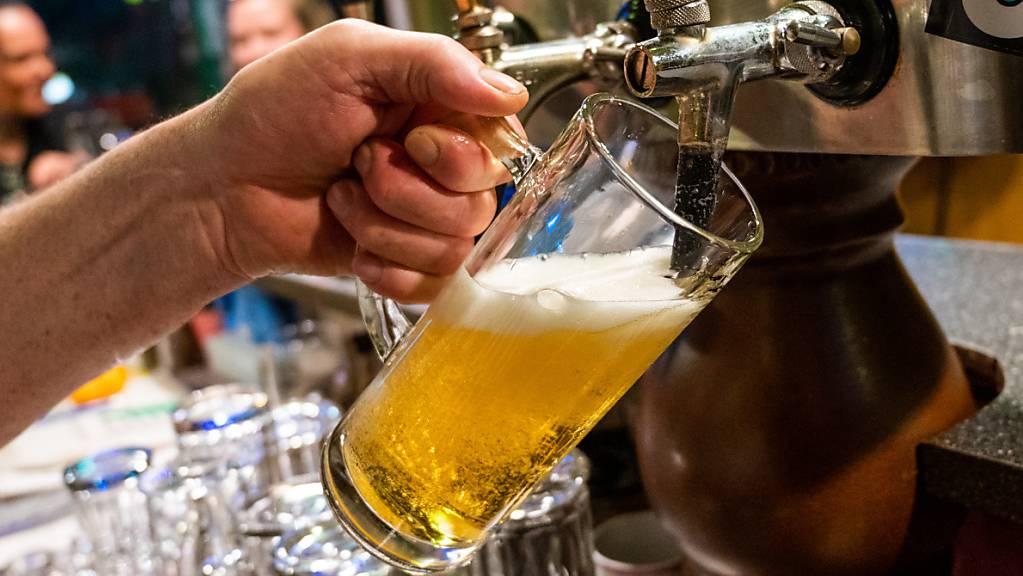 Die Schweizer Brauereien haben wegen der Coronapandemie grosse Mühe, die Biertrinker bei der Stange zu halten. Die Schliessung von Restaurants und die Absage von Festen schlägt auf den Absatz durch. (Symbolbild)