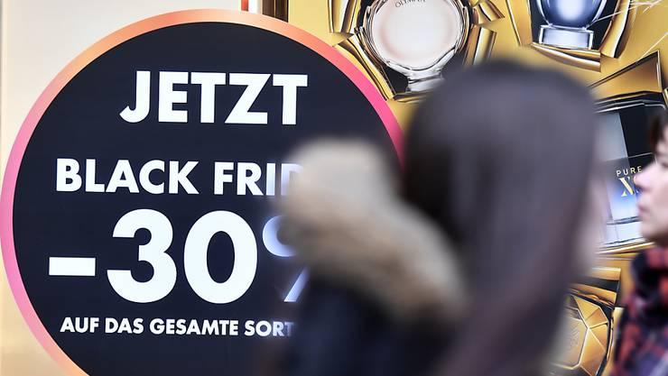 """Die Schnäppchenjagd am """"Black Friday"""" in der Schweiz wird immer beliebter. (Archiv)"""