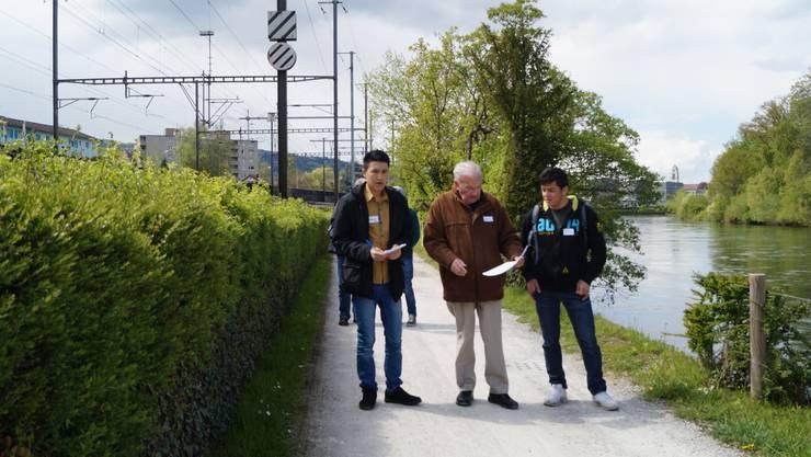 Deutsch lernen an der frischen Luft: Begleiter Felix Wüest im Gespräch mit zwei jungen Asylsuchenden aus Afghanistan.