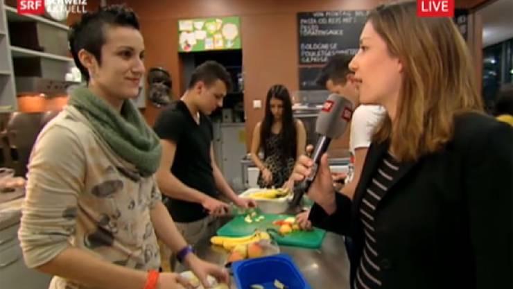 Live vor Ort: Reporterin Claudia Weber (rechts) ist im Gespräch mit der Co-Leiterin des Jugi Dreirosen Yasmine El-Aghar.