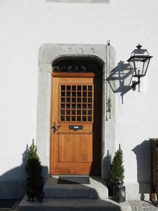 Die Eingangstüre zur Parterrewohnung mit der Jahrzahl 1733