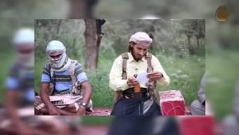 Bisher unveröffentlichte Szenen aus einem IS-Propagandavideo: Der Jemen-Chef vom Islamischen Staat versucht, seinen Treueschwur vor der Kamera zu formulieren - mit mässigem Erfolg.