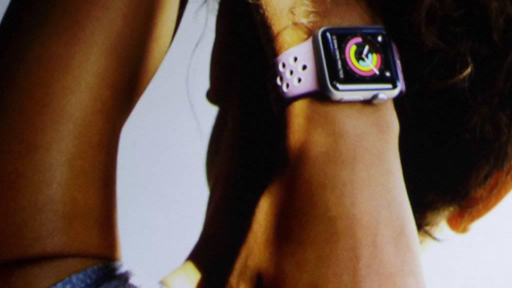 Apple arbeitet laut einem Medienbericht an einer Uhr, die sich direkt übers Mobilfunknetz mit dem Internet verbinden kann. (Archiv)