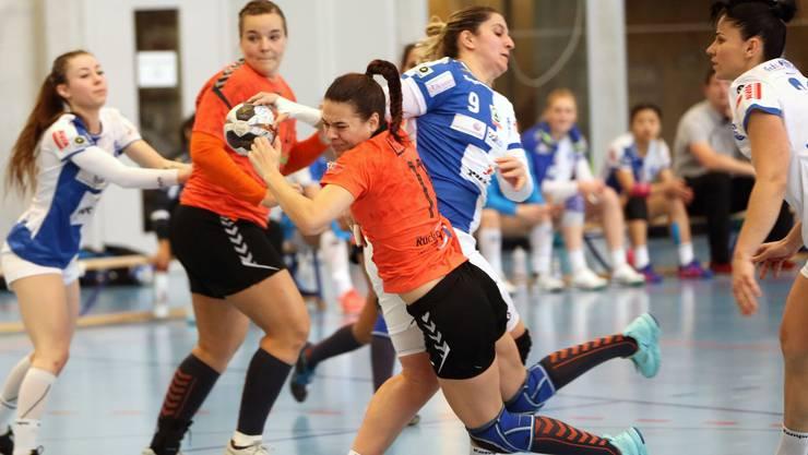 Aline Mathys kann sich gegen ihre Gegenspielerinnen durchsetzen.
