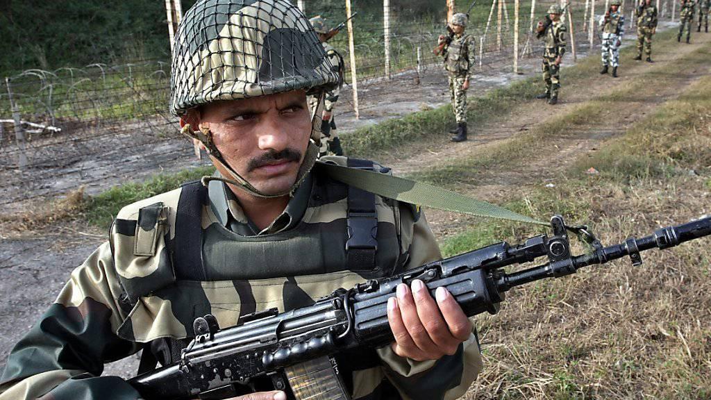 Immer wieder Schüsse trotz Waffenstillstand: Indischer Grenzpolizist an der Grenze zu Pakistan (Archivbild).
