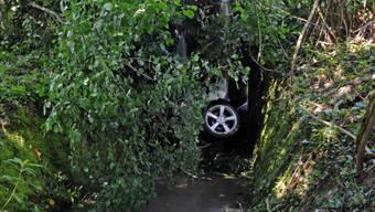 Auto stürzt bei Elgg in ein Tobel