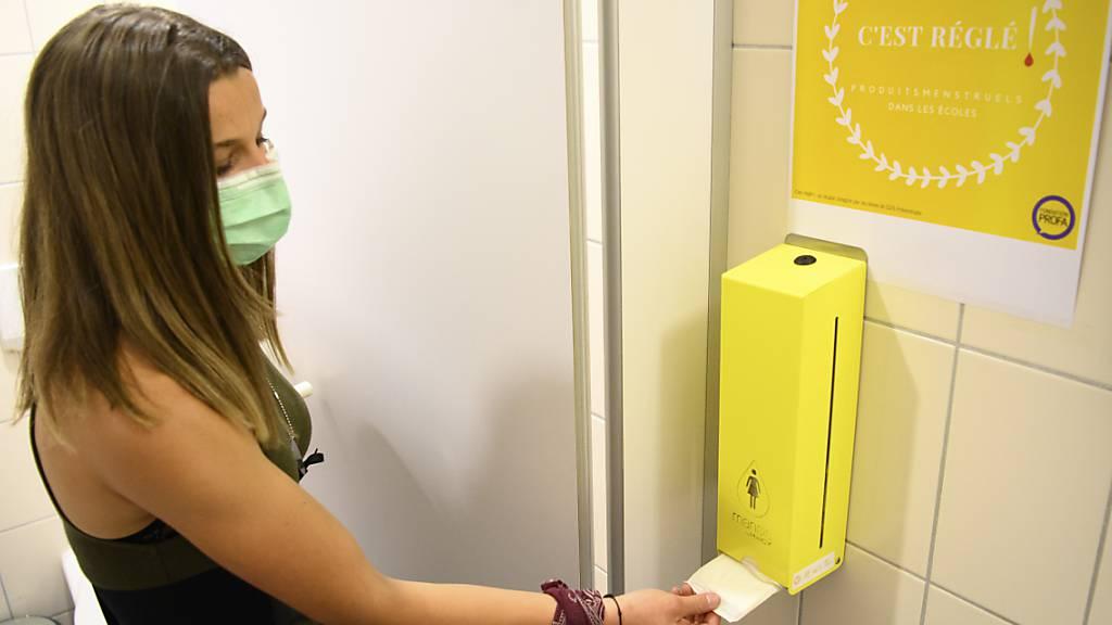 «C'est Réglé!»: Unter diesem Motto finden die Schülerinnen in aktuell sieben Schulhäusern im Kanton Waadt Gratis-Spender für Damenbinden vor.