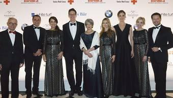 SRK-Präsidentin Annemarie Huber-Hotz (5. von links) zusammen mit den Mitglieder des Gala-Komitees.