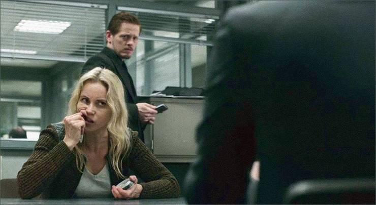 Der schwedische Krimi-Star Sofia Helin alias Saga Noren (Länskrim Malmö) sorgte in der TV-Serie «Die Brücke» für ein neues Image des Snus. (Screenshot