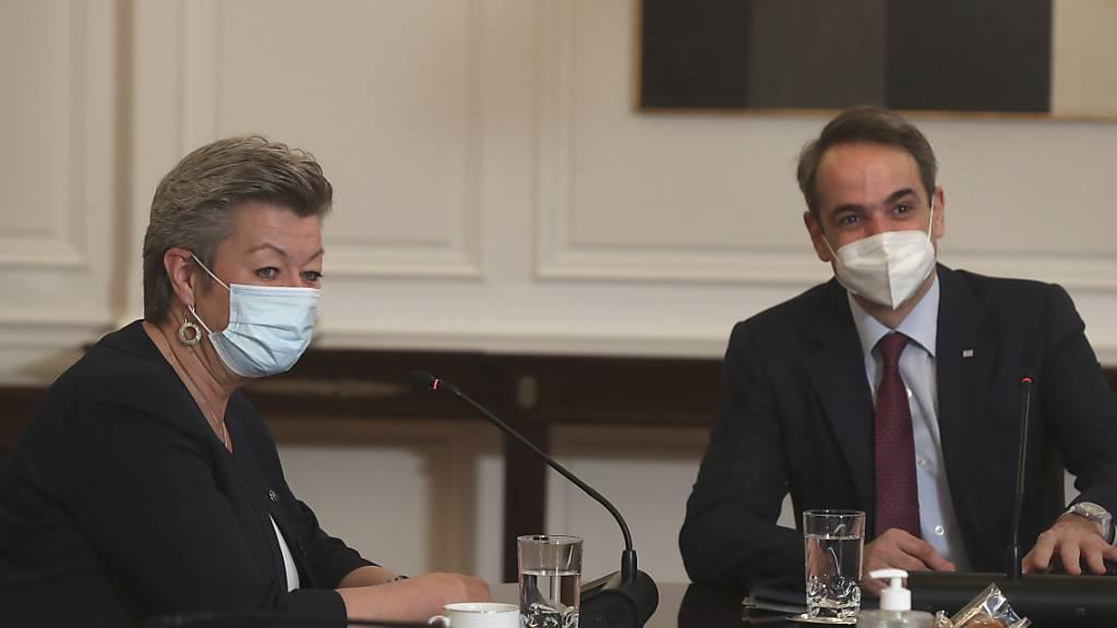 Ylva Johansson (l), EU-Kommissarin für Inneres, spricht mit Kyriakos Mitsotakis, Premierminister von Griechenland, während ihres Treffens in Athen. Foto: Petros Giannakouris/AP/dpa