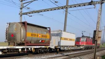 Güterzug mit Kessel- und Containerwagen (Archivbild).