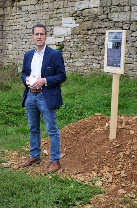 Die Sanierung der 400-jährigen Bruchsteinmauern beim Schloss Kasteln in Oberflachs ist demnächst abgeschlossen; Matthias Betsche, Präsident Pro Natura Aargau.