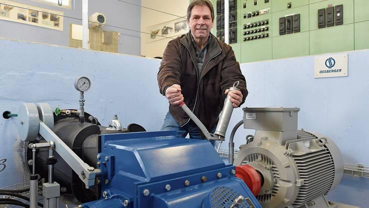 Armin Meier beim Schmieren der Turbine, die von stetig ausströmendem Tunnelwasser angetrieben wird.