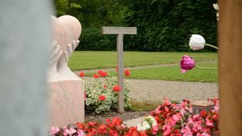 Die schlichte Holzkonstruktion auf dem Schlieremer Friedhof bezeichnet das Grab eines Muslimen, der neben Christen bestattet wurde.