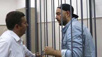 Der russische Film- und Theaterregisseur Kirill Serebrennikow (r) am Mittwoch vor einer Anhörung im Gespräch mit seinem Anwalt. Ihm wird Veruntreuung von staatlichen Fördergeldern vorgeworfen. Bis zum Prozess soll er unter Hausarrest gestellt werden.
