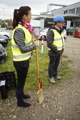 Isabelle Kummer, Marketing Vogt Schild Druck AG mit Spaten und Münzen