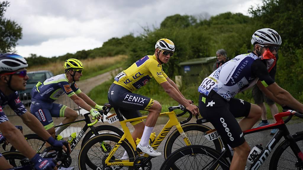 Der Niederländer Mathieu van der Poel unterwegs im Gelben Trikot, welches er am Vortag an der Mûr-de-Bretagne geholt hat