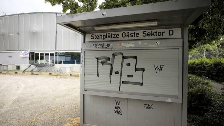 Tristesse pur: Die Kassenhäuschen vor der St. Jakob-Arena bleiben künftig geschlossen. Die EHC Basel Sharks haben Konkurs gemacht.