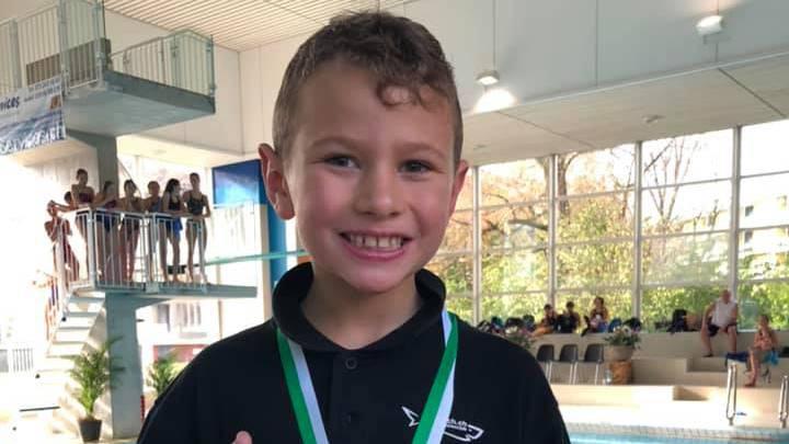 Der erst siebenjährige Joël Stirnimann gewinnt an den Internationalen Bodenseemeisterschaften in St. Gallen die Bronzemedaille.