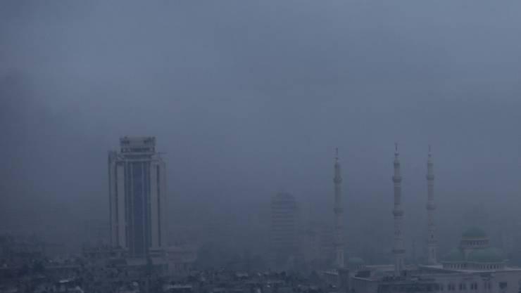 Rauch steigt nach der Gross-Offensive des Assad-Regimes über Ost-Aleppo auf.