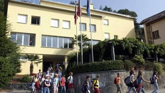 Schulklasse vor Schulhaus