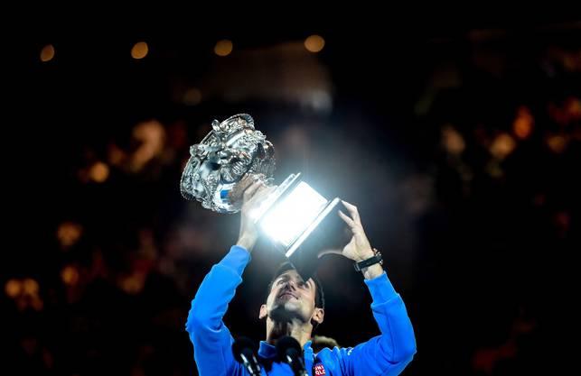 Genugtuung für Novak Djokovic – der Pokal ist in seinen Händen.