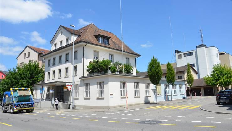Die alte Post in Wohlen: Hier entsteht ein Neubau mit 26 Wohnungen. Die Profilstangen zeigen schon mal an, wie hoch das Gebäude wird. Fabio Vonarburg