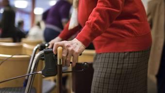 Eine ältere Frau mit einer Gehhilfe (Symbolbild)