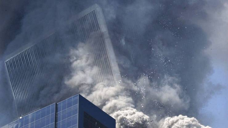 Geschmolzener Stahlbeton – oder gezielte Sprengung? Der Südturm fällt in sich zusammen. keystone