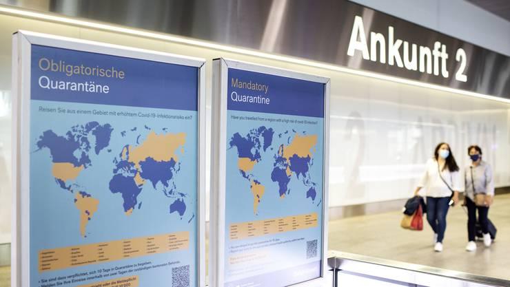 Ein Plakat weist auf Flughafen Zürich darauf hin, dass nach der Rückkehr aus  gewissen Ländern eine Quarantänepflicht gilt.