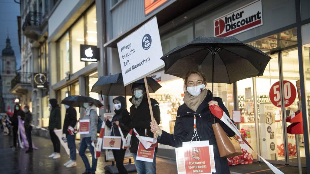Mit Menschenkette für bessere Arbeitsbedingungen demonstriert
