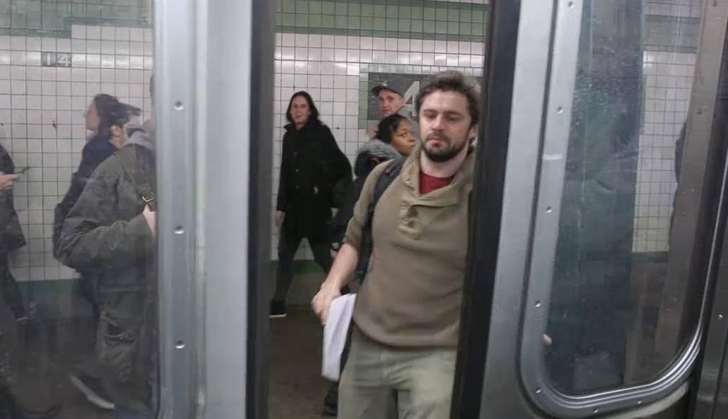 Zum Nachfühlen: New Yorker kämpfen gegen U-Bahn-Türen.