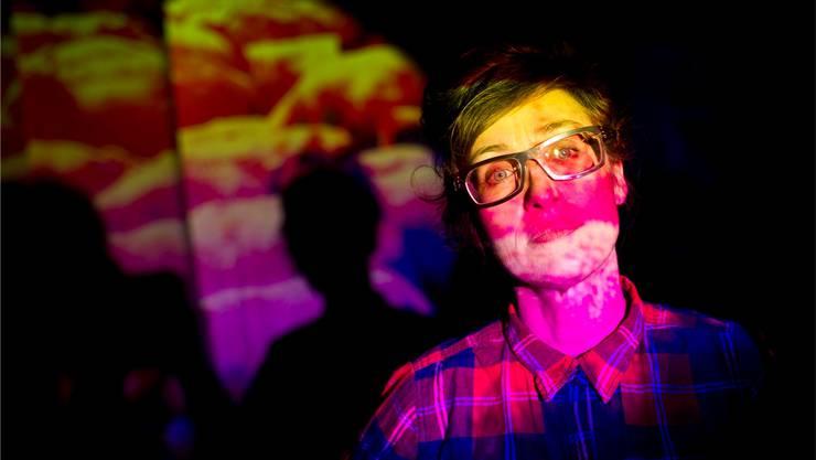 Pipilotti Rist posiert vor ihrer Installation «Administrating Eternity 2011».Key/Ennio Leanza