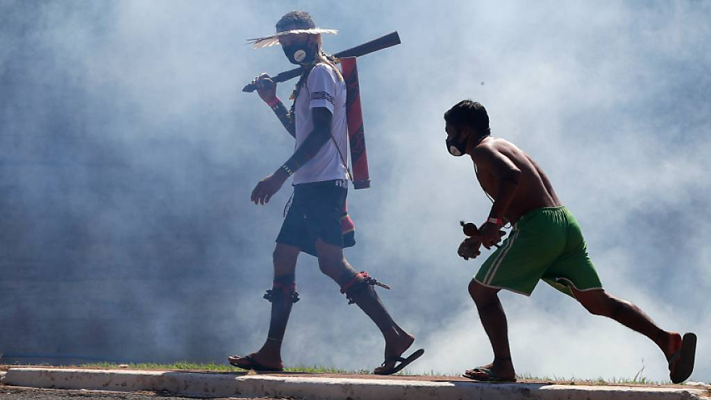 Indigene gehen durch Rauch von Tränengas, nachdem sie während eines Protestes vor dem Kongress mit der Polizei zusammengestossen sind.