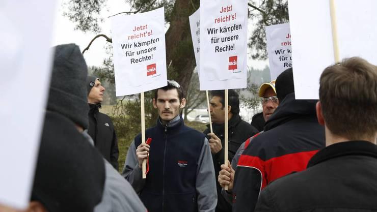 Protestaktion der UNIA vor dem Firmengebaeude der ABB Turbo Systems in Deitingen