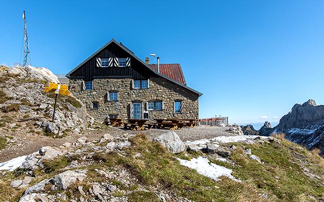 Steht in einer steinigen Gegend, die Alphütte Zwinglipass. ©Toggenburg Tourismus