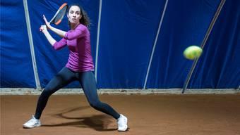 Volle Konzentration auf den gelben Ball: Isabella Bellotti holt im Training in der Urdorfer Tennishalle aus.