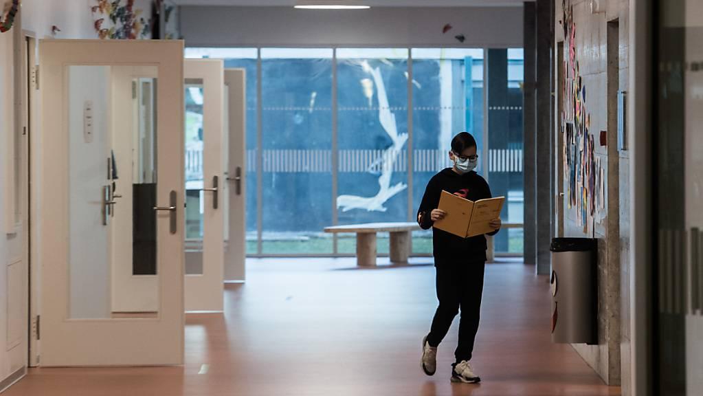 Die Maskenpflicht an den Schulen der Oberstufe im Kanton St. Gallen wurde bis Mitte Januar verlängert. (Archivbild)