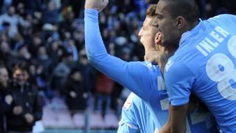 Gökhan Inler gratuliert Napoli-Teamkollege Mertens zu dessen Tor.