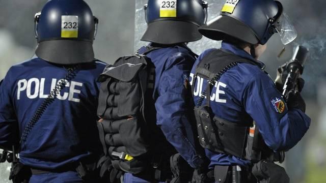 Polizisten im Einsatz während eines Spiels des FC Basel im Jahr 2011 (Symbolbild)