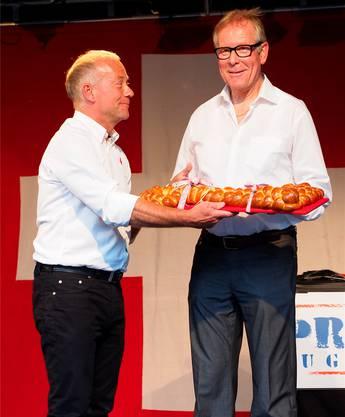 Der neue Stadtpräsident Martin Wey (links) überreicht seinem Vorgänger Ernst Zingg einen Schlüssel als «Bhaltis».