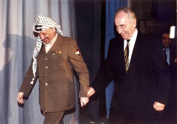 betraten Palästinenser-Präsident Yassir Arafat (l.) und Israels Aussenminister Shimon Peres – die sich bis dahin spinnefeind waren – gemeinsam die Bühne des Davoser Kongresszentrums, Hand in Hand. Sie einigten sich auf einen Vertragsentwurf für den Gaza-Streifen und Jericho.