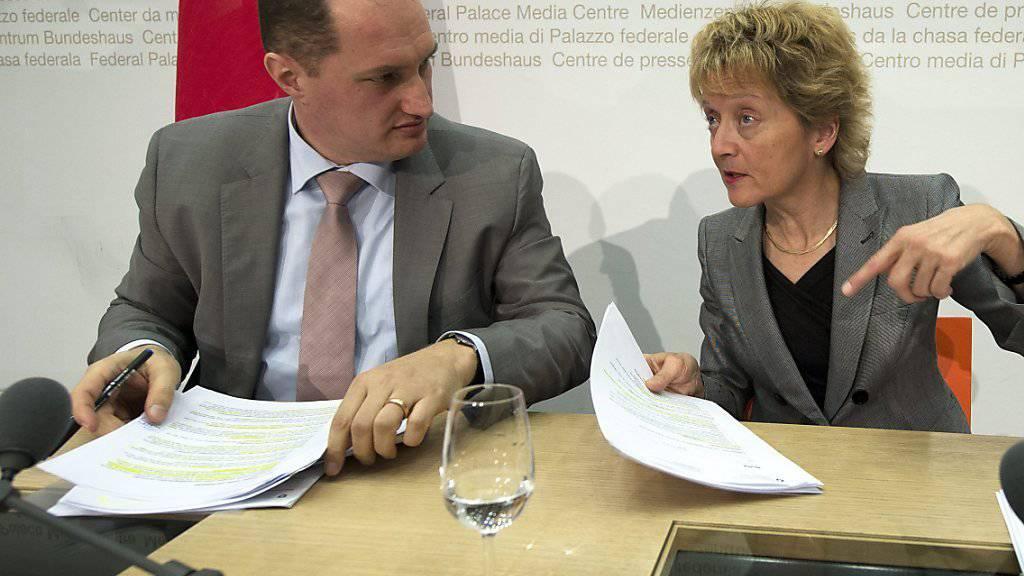 Daniel Roth arbeitete 2013 als Leiter des Rechtsdienstes des Finanzdepartements an der Seite von Bundesrätin Eveline Widmer Schlumpf. (Archiv)